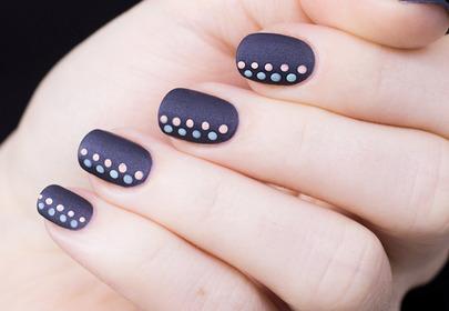 Video krok po kroku: szary manicure z pastelowymi kropkami