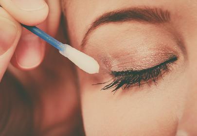 kreska eyelinerem ścierana za pomocą patyczka do uszu