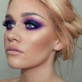 dziewczyna z pomalowanym okiem na fioletowo - różowo