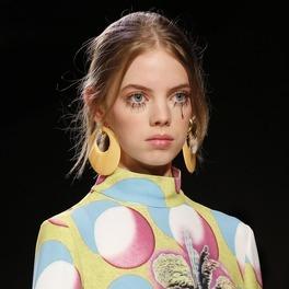 Modelka na pokazie Jeremiego Scotta w makijażu Twiggy i kolorowej sukience