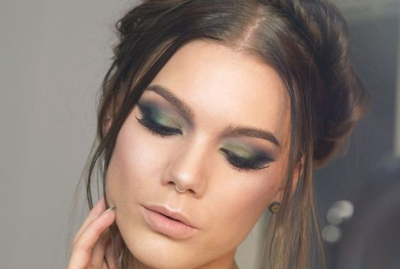 dziewczyna ze związanymi włosami w zielonym