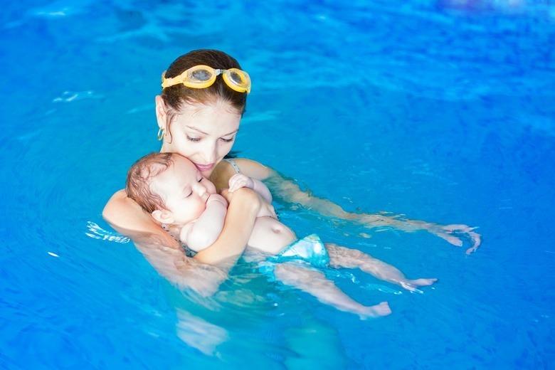 Niemowlę na basenie