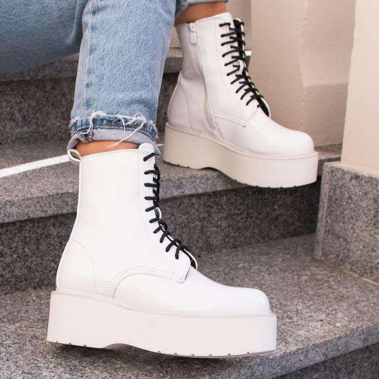 białe sznurowane botki