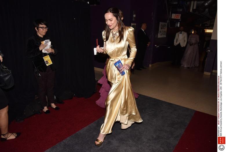 Dakota Johnson w złotej kreacji i złotych butach