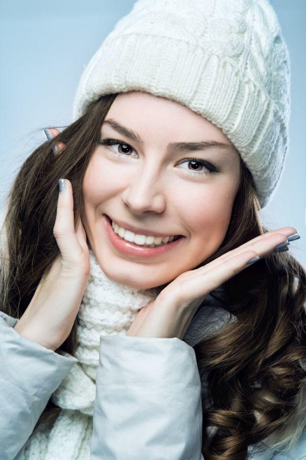 uśmiechnięta dziewczyna w czapce