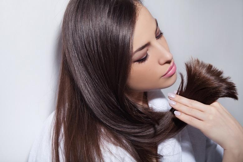 Włosy elektryzujące się zimą – jak sobie z tym radzić?