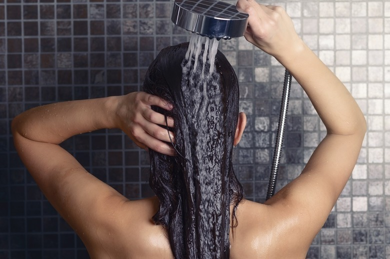 Mycie włosów samą wodą – warto?