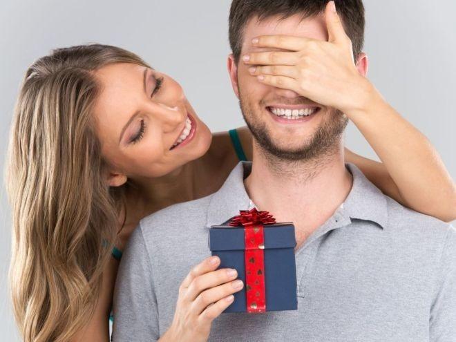 kobieta daje prezent mężczyźnie