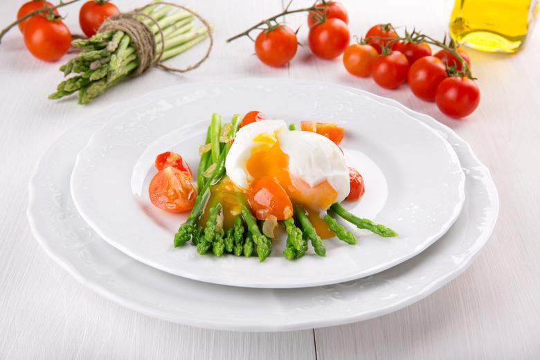 jajko w koszulce na szparagach