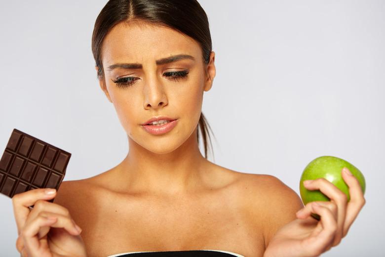 kobieta z tabliczką czekolady