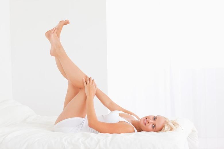 kobieta z wyeksponowanymi nogami