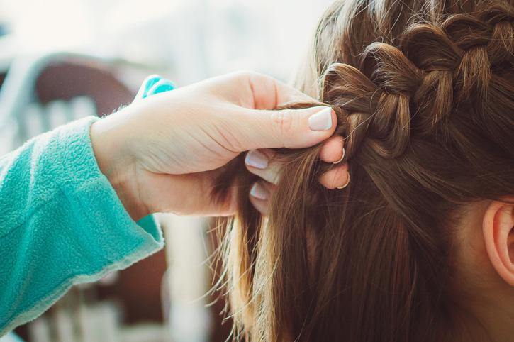Fale na włosach z warkocza