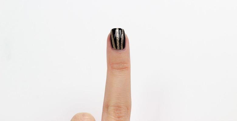 Manicure z czernią i złotem krok po kroku