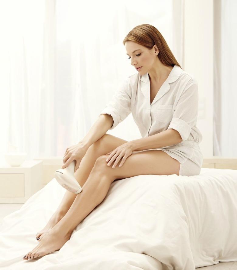 kobieta depiluje nogi philips lumea