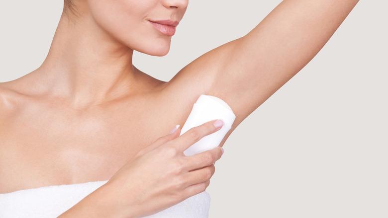 pocenie się: antyperspirant, dezodorant czy bloker pocenia