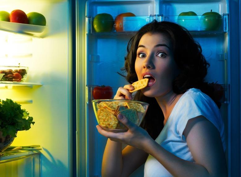 kobieta przy lodówce