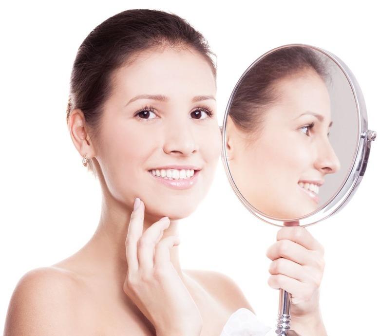 uśmiechnięta kobieta z lustrem