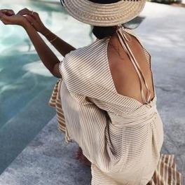 sukienka odkryte plecy kapelusz stylizacja na lato
