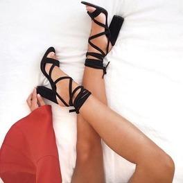 czarne sandały z paskami na lato szczupłe nogi stopy