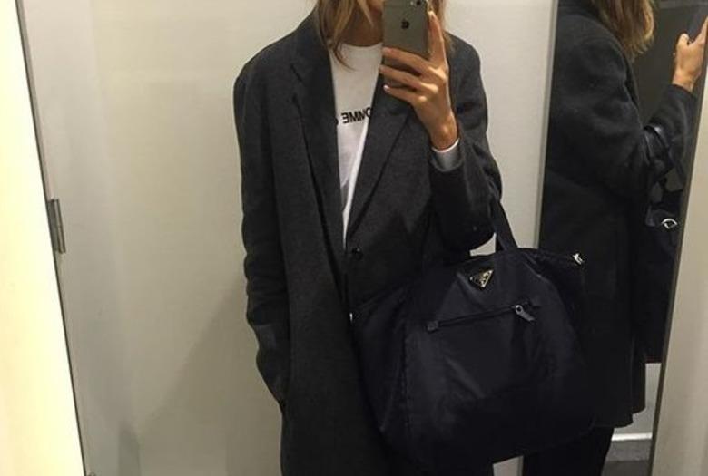 Dziewczyna w lustrze w sklepie selfie