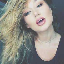Piękna blondynka z wydatnymi ustami