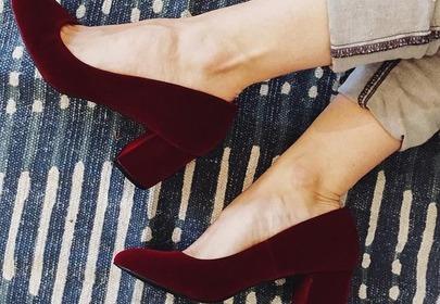 zamszowe buty w bordowym kolorze