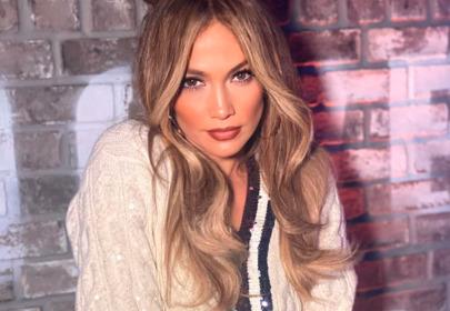 Jennifer Lopez w modnych sneakersach