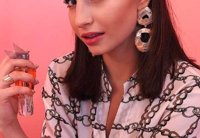 Julia Wieniawa biała koszula z łańcuchami Zara