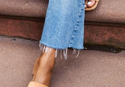 jasne klapki na obcasie modne wygodne stopy