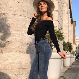 marina w kapeluszu i dżinsach stylizacja