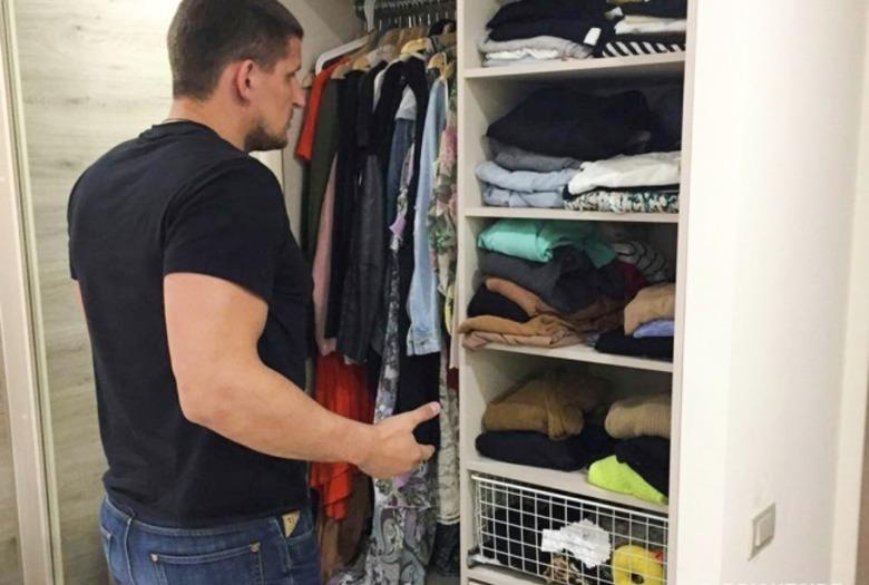 mężczyzna garderoba ubieranie się