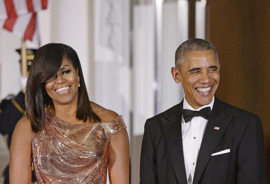 http://static.wizaz.pl/resize/var/ezdemo_site/storage/images/moda/michelle-obama-w-kreacji-versace/1612131-7-pol-PL/Michelle-Obama-zachwyca-kreacja!-Zobaczcie-jaka-suknie-Pierwsza-Dama-USA-wybrala-na-ostatnia-oficjalna-kolacje.jpg