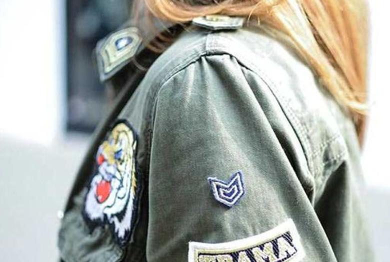 dziewczyna w kurtce w kolorze khaki z naszywkami
