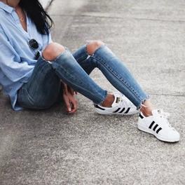 białe buty sportowe all star dziewczyna siedzi stylizacja