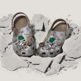 Gumowe buty z kamieniami morskimi na kamieniu