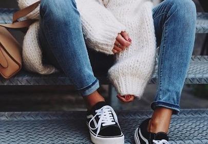 dżinsy rurki modne ocisiłe tenisówki stylizacja