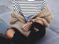 modny zestaw spodnie z dziurami bluzka w paski