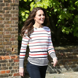 kate midlleton w sweterku w paski uśmiechnięta