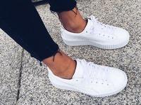 białe trampki czarne rurki buty sportowe