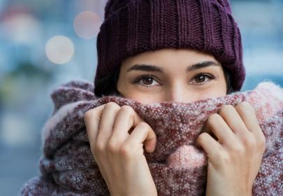 kobieta w czapce i szaliku