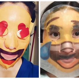 dwie dziewczyny w maseczkach w płachcie z rysunkami emotikonek emoji face masks