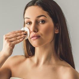 kobieta wykonująca demakijaż płatkami kosmetycznymi