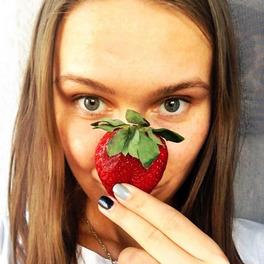 dziewczyna trzymająca truskawkę