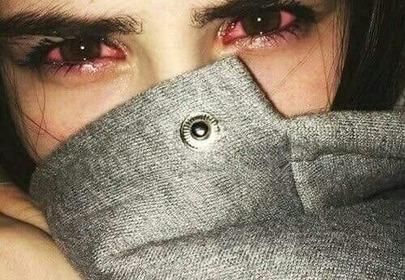 dziewczyna z zaczerwienionymi oczami
