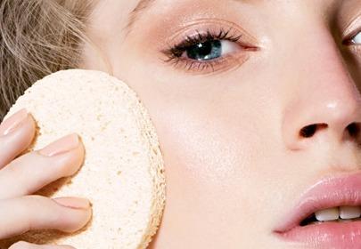 kobieta oczyszcza skórę twarzy