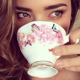 Miranda Kerr z filiżanką herbaty