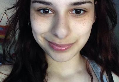 dziewczyna z cienami pod oczami