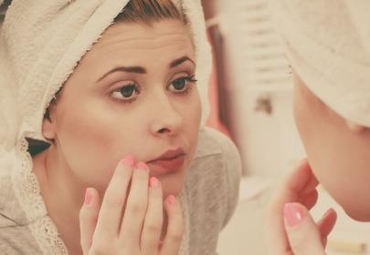 dziewczyna przegląda się w lustrze