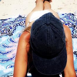 dziewczyna z wyraźną opalenizną na plaży