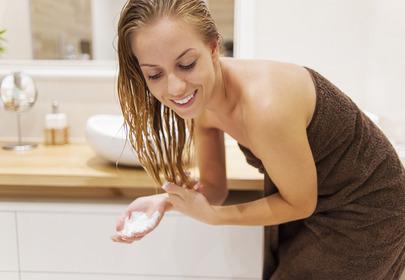 kobieta z kosmetykami do włosów